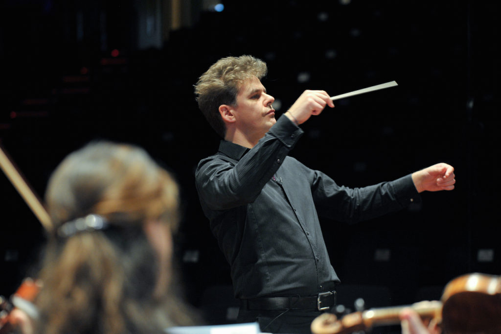 Robin Browning, conductor – live on stage with són, the UK's professional orchestra for the south